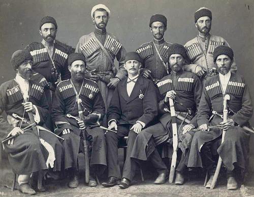 Групповой портрет военных-черкесов и турецкого чиновника. Турция, 1-я половина XX века. Фото: Nabi Yücel/www.flickr.com