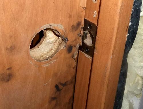Следы взлома на двери в офис сочинского горкома КПРФ. Сочи, 6 декабря