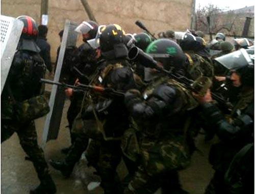 """Полиция разогнала акцию протеста у здания исполнительной власти района в Губе. Азербайджан, 1 марта 2012 г. Фото:ИА """"Туран"""""""