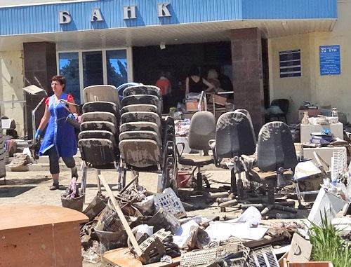 Руководство Краснодарского края приняло решение взять под свой контроль всю гуманитарную помощь, уже поступившую и...