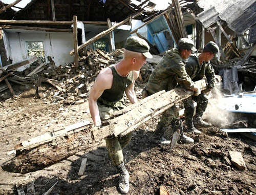 Военные помогают жителям Крымска в уборке завалов после наводнения. Краснодарский край, Крымск, 18 июля 2012 г. Фото: Геннадий Аносов / Югополис