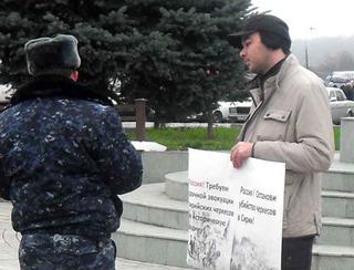 Беслан Теуважев и представитель правоохранительных органов. Нальчик, 24 ноября 2012 г. Фото http:/www.hekupsa.com