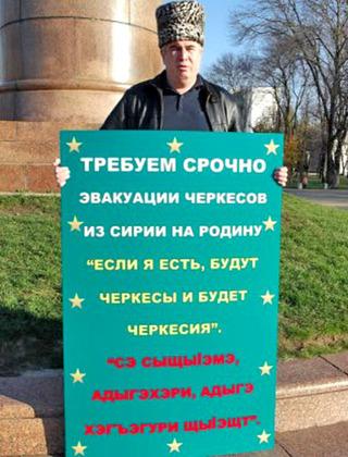 Аднан Хуадэ в одиночном пикете. Майкоп, 24 ноября 2012 г. Фото с личной страницы Аднана Хуадэ в Facebook.ru