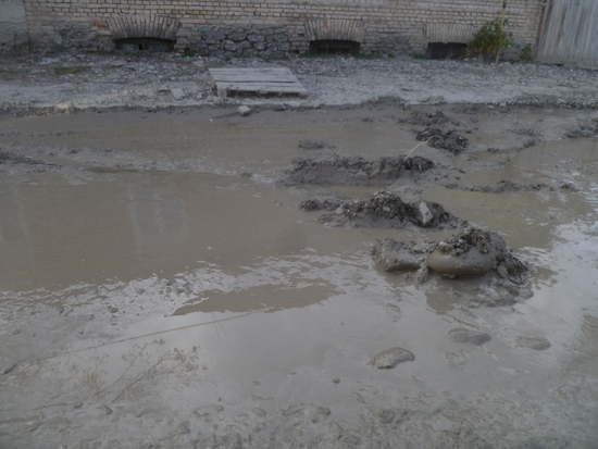 Солнце и невысыхающая грязь на Осетинских улицах