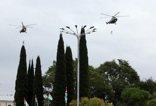 """Военные вертолеты во время военного парада в Сухуме 30 сентября 2013 г. Фото Анжелы Кучуберия для """"Кавказского узла"""""""