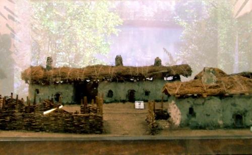 """Макет черкесской усадьбы на выставке, посвященной черкесскому народу, в музее этнографии. Гамбург, 24 ноября 2013 г. Фото Эдиты Бадасян для """"Кавказского узла""""."""