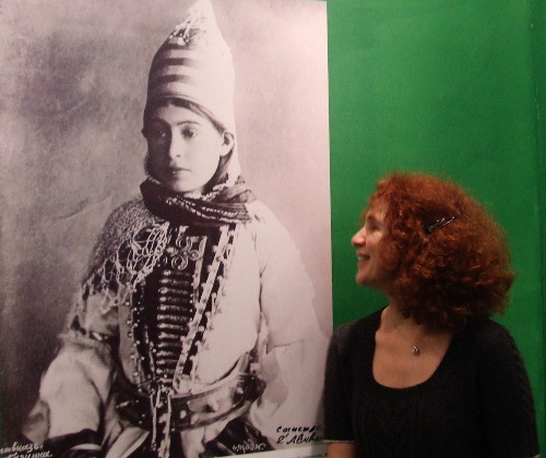 """Ирма Гублия рядом со старинной фотографией абазинки в традиционном костюме. 13 г. Фото Эдиты Бадасян для """"Кавказского узла"""""""