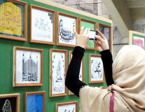 """На выставке арабской каллиграфии в Национальной библиотеке Дагестана. Махачкала, 18 декабря 2013 г. Фото Тимура Исаева для """"Кавказского узла"""""""