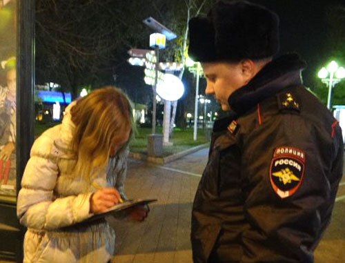 Сотрудник полиции проверяет участника пикета в подддержку Евгения Витишко. Краснодар, 25 декабря 2013 г. Фото http://ewnc.org/