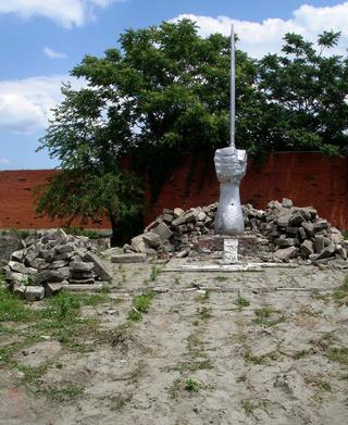 """Вид Мемориала жертвам депортации в 2008 году, после первой попытки его сноса. Грозный, Чечня. Фото """"Кавказского узла"""""""