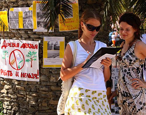 """Сбор подписей на пикете в защиту природы черноморского побережья в г. Сочи, 19 июня 2010 года. Фото """"Кавказского Узла"""""""