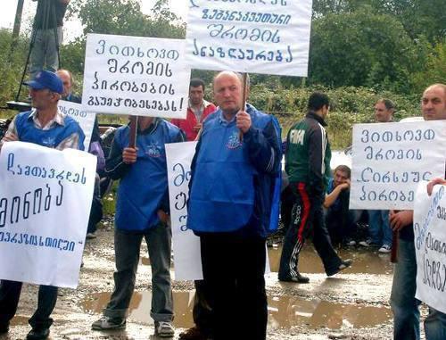 "Рабочие металлургического завода ""Геркулес"" на акции протеста. Грузия, г. Кутаиси, сентябрь 2011 г. Фото: Радио Тависуплеба (RFE/RL)"
