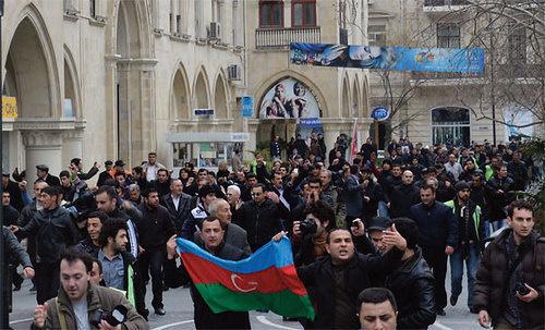 Фото с обложки доклада: yчастники протеста направляются на площадь Фонтанов в центре Баку. Азербайджан, апрель 2011 года. © IRFS