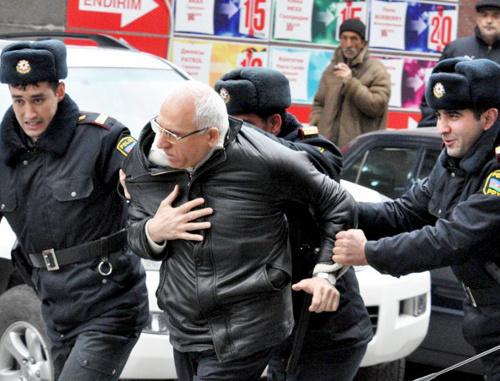 Азербайджан. Полиция разгоняет акцию протеста в Баку 2 апреля 2011 г. Фото: irfs.az