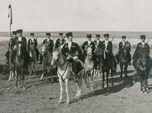Черкесские кавалеристы французских специальных войск Левантийской армии в Сирии в 1940-е годы. Фото: www.aheku.org
