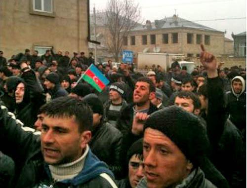 """Полиция разогнала акцию протеста у здания исполнительной власти района в Губе. Азербайджан, 1 марта 2012 г. Фото: ИА """"Туран"""""""