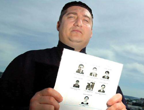 """Магомед Муцольгов, руководитель правозащитной организации """"МАШР"""" с портретами похищенных жителей Ингушетии. 2008 г. Фото: Stian Eisenträger, www.vg.no"""