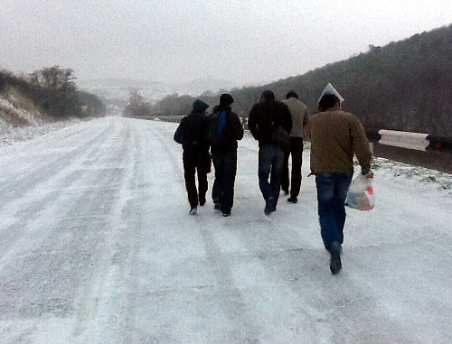 Активисты Объединенного штаба по контролю за выборами мэра Анапы идут пешком из Сукко в Анапу. 24 марта 2013 г. Фото Ивана Седуша
