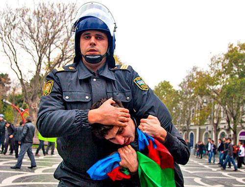 """Полиция пресекла несогласованную акцию протеста сторонников оппозиции. Баку, 17 ноября 2012 г. Фото Азиза Каримова для """"Кавказского узла"""""""