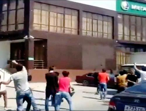 """Группа молодежи закидывает яйцами офис компании """"Мегафон"""" в Грозном. 30 августа 2013 г. Кадр из видеоролика на Youtube"""