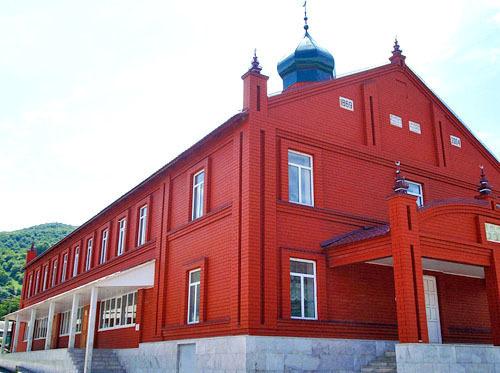 Мечеть в селении Дуба-Юрт в Шалинском районе Чечни. Фото: Салман Д, http://ru.wikipedia.org