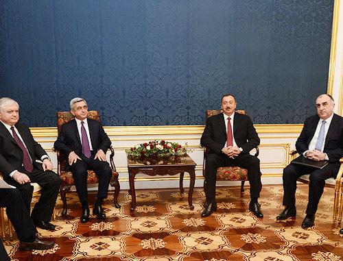 Главы Армении и Азербайджана Серж Саргсян (второй слева) и Гейдар Алиев (второй справа) на переговорах в Вене. 19 ноября 2013 г. Фото пресс-службы президента Армении, http://www.president.am