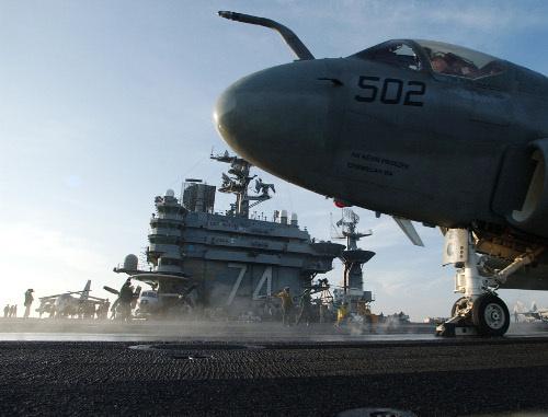 Военный корабль и самолет ВМФ США. Фото: U.S. Navy photo by Photographer's Mate 3rd Class Jayme Pastoric (Released), http://www.navy.mil