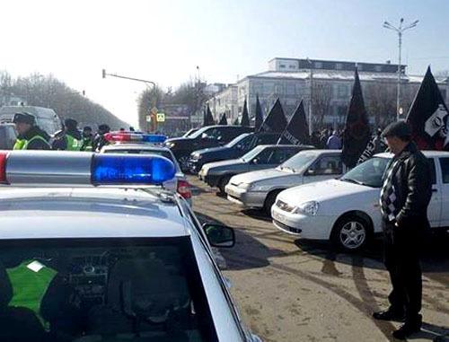 Сотрудники полиции блокировали автомобили участников акции против Олимпиады в Сочи. Нальчик, 7 февраля 2014 г. Фото Евгения Ташу с личной страницы www.facebook.com
