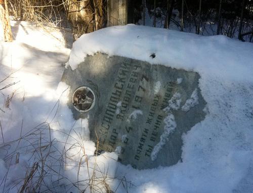 """Поваленное надгробие на одном из христианских кладбищ в Чечне. Февраль 2014 г. Фото: ПЦ """"Мемориал"""", http://memo.ru/d/189489.html"""