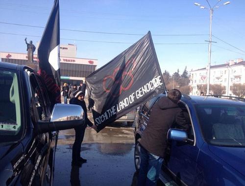 Автомобили с черкесскими флагами во время акции против Олимпиады в Сочи. Нальчик, 7 февраля 2014 г. Фото Евгения Ташу с личной страницы в социальной сети Facebook