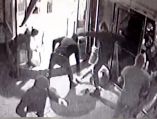 Нападение на посетителей пиццерии в Краснодаре в ночь на 11 мая 2014 г. Кадр видеозаписи камер наружного наблюдения, опубликованный на YouTube