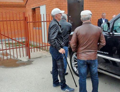 Перед зданием суда Урус-Мартановского района. Фото: КАВПОЛИТ http://kavpolit.com/