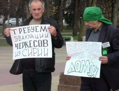 Черкесские активисты Аслан Шаззо (справа) и Хазраиль Ханахок. Майкоп, декабрь 2012 г. Фото http://hekupse.livejournal.com/38243.html