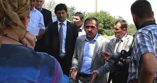 Встреча Юнус-Бек Евкурова (в центре) с беженцами в Карабулаке. Ингушетия, 2 июля 2014 г. Фото: Пресс-служба Главы РИ