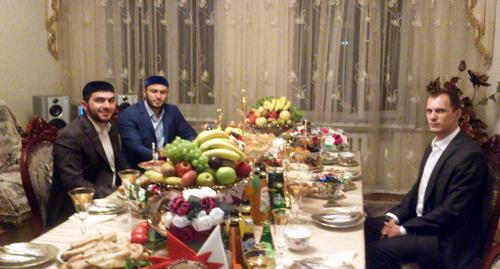 Застолье в праздник Ураза-Байрам. Ингушетия, 28 июля 2014 года. Фото Али Оздоева