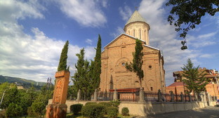 Тбилиси, церковь Нор-Эчмиадзин. Фото: Serouj, http://commons.wikimedia.org/wiki/Category:Ejmiatsin_Armenian_Church,_Tbilisi#mediaviewer/File:Grounds_of_the_Ejmiatsin_Armenian_Church,_Tbilisi.JPG, Attribution 3.0 Unported (CC BY 3.0)