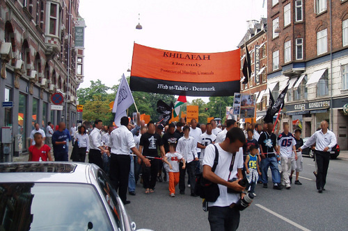 "Демонстрация, организованная ""Хизб ут-Тахрир"" в Копенгагене. Надпись на плакате: ""Халиф -единственный защитник мусульманской уммы. Хизб ут-Тахрир - Дания"". 2006 г. Фото: EPO, http://upload.wikimedia.org/wikipedia/commons/5/54/Hizb_ut-Tahrir_demo_kbh.jpg"