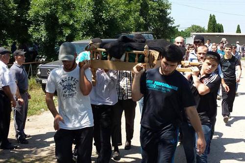 Похороны Тимура Куашева. Нальчик, Вольный аул, 2 августа 2014 г. Фото Абдуллы Дудуева, www.facebook.com/abdulla.duduev