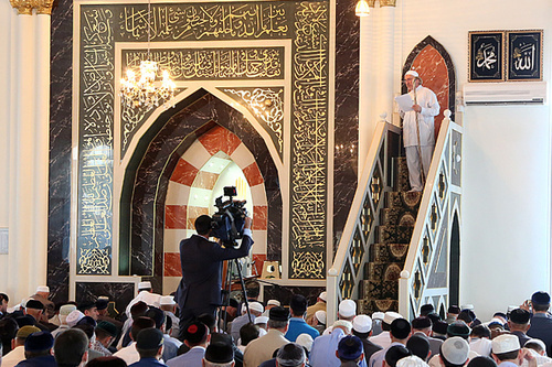 Праздничное богослужение в связи с окончанием Священного месяца Рамадан в Центральной мечети Назрани 28 июля 2014 г. Фото Адама Мержоева, www.ingushetia.ru
