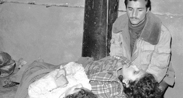 Житель Ходжалы рядом с телами своих детей, погибших во время штурма города армянскими вооруженными формированиями. 1992 г. Фото: Ilqar Ceferov, commons.wikimedia.org/wiki/File:02_xojali_ilgar.jpg, лицензия Creative Commons Attribution-Share Alike 3.0 Unported