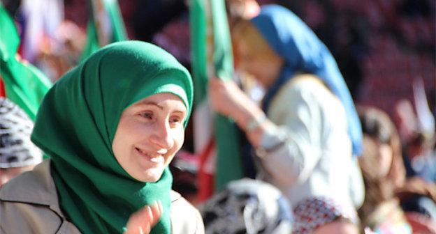 """Женщина в праздничной атмосфере, Чечня. Фото из архива """"Кавказского узла"""""""