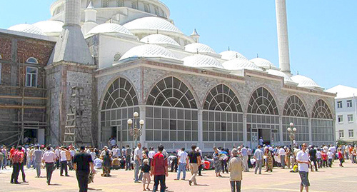 На площади перед мечетью. Фото: http://flnka.ru/glav_lenta/2461-hadzh-senator-dagestana.html