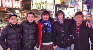 """Азамат Тажаяков (второй слева), Диас Кадырбаев (третий слева), Джохар Царнаев (второй справа). Фото со страницы Диаса Кадырбаева в социальной сети """"ВКонтакте"""". http://vk.com/dkadyrbaev"""