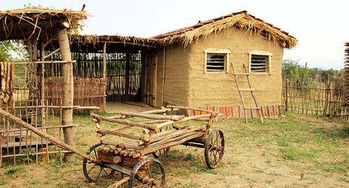 """Подлинное воссоздание домов несколько сомнительно, т.к. построенные дома очень маленькие, а чеченские семьи в те времена были большие. Фото Магомеда Магомедова для """"Кавказского узла"""""""