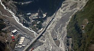 Вид сверху на полотно военно-грузинской дороги. Съёмка произведена в ходе вертолетного мониторинга. Фото: страница в Facebook Мчс Северной Осетии. https://www.facebook.com/julia.starchenko.5/posts/768762389849508
