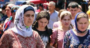 """Женщины в хиджабах на центральном рынке Грозного, июль 2014. Фото Магомеда Магомедова для """"Кавказского узла"""""""