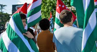 Флаги Абхазии. Сухум, май 2014 г. Фото © Нина Зотина, ЮГА.ру