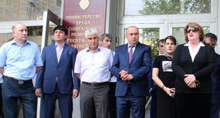 Али Исламов (крайний слева) и Антонина Идрисова (крайняя справа). Фото: министерство финансов Республики Дагестан http://minfin.e-dag.ru/