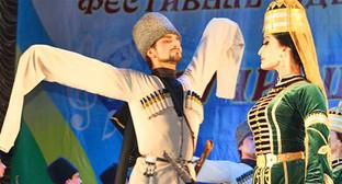 Танцоры исполняют национальный танец. Фото: Анзора Нибо. http://www.aheku.org/news/culture/3217