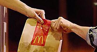 Обслуживание автомобилистов у раздаточного окошка в ресторане McDonald's. Фото: http://www.sk-news.ru/news/accident/42065/